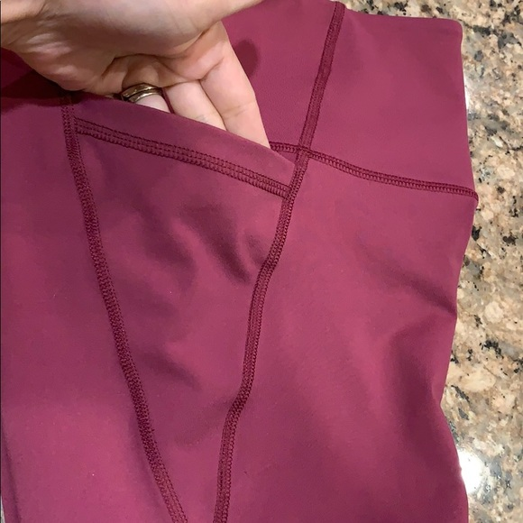 Old Navy Pants - Old Navy compression short Active GO DRY pockets